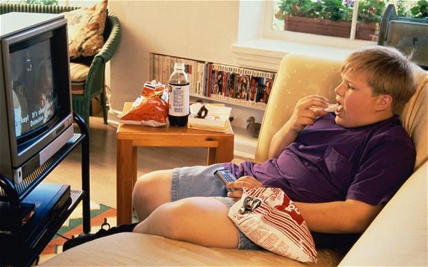copil obez la TV