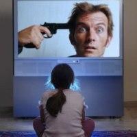 fetita uitandu-se la tv