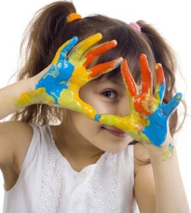 fetita maini colorate sursa foto free13k punct com